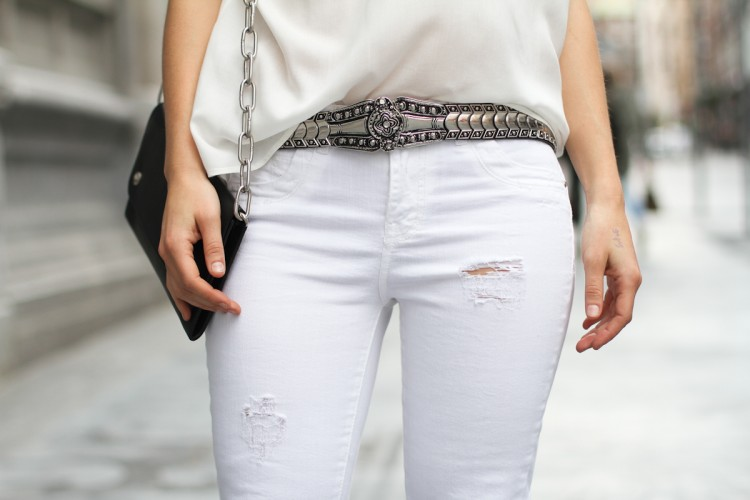 clochet-streetstyle-outfit-suite-blanco-white-shirt-white-distressed-jeans-acne-shiloh-clutch-6