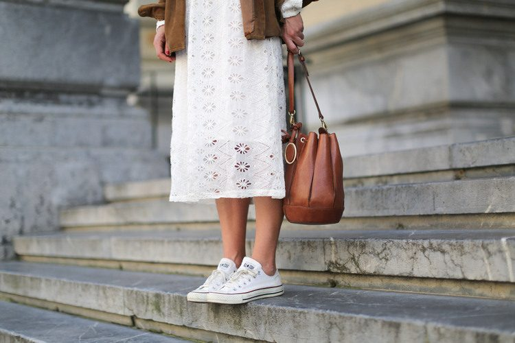 clochet-streetstyle-zara-white-midi-embroidered-dress-with-full-skirt-suede-vintage-jacket-10
